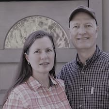 Rebecca & Clay Superhost házigazda.
