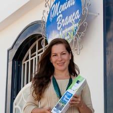 Maíra is the host.