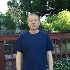 Mike is een SuperHost.