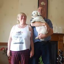Larry & Mary er værten.