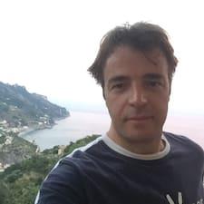 Gaetano es el anfitrión.