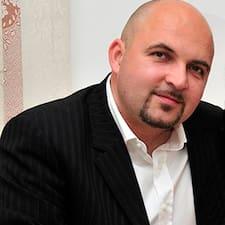 Sergiu er ofurgestgjafi.