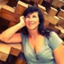 Laura je Superhost.