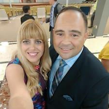 Jonathan & Monica felhasználói profilja