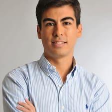 Esteban es el anfitrión.