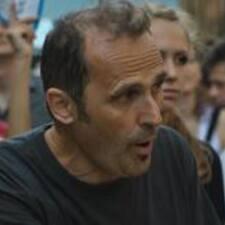 Giuseppe es el anfitrión.
