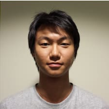 Jun Yan es el anfitrión.