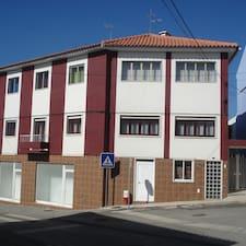 Tânia is the host.