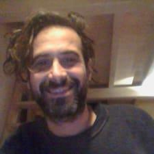 Stefano é o anfitrião.