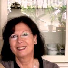 Monika je domaćin.