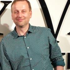 Pavel es el anfitrión.