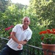 Kostas es el anfitrión.