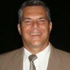Carlos Vinicius es el anfitrión.