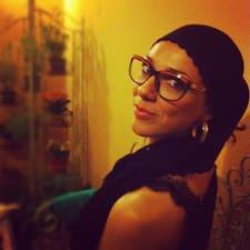 Maria Elena è l'host.