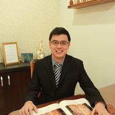 Dr Adam ist der Gastgeber.