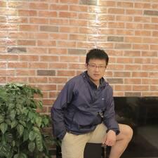 灿 is the host.