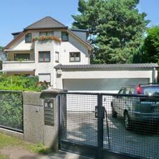 Wolfhard bir süper ev sahibi.