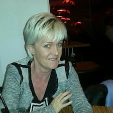 Karina Dam ist der Gastgeber.