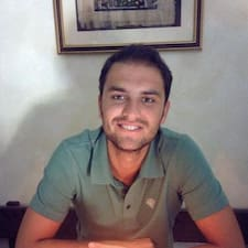 Giacomo es el anfitrión.