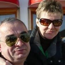 Snježana es el anfitrión.