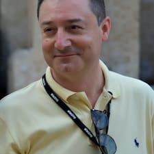 Maurizio est l'hôte.