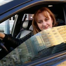 Elena est l'hôte.