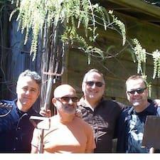 Richard, Andy, John, Mark es el anfitrión.
