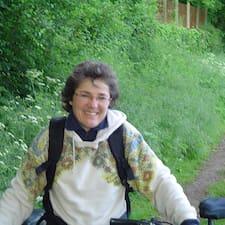 Anne es el anfitrión.