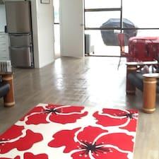 Karen est l'hôte.