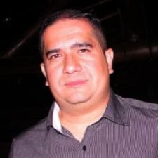 Roberto Octavio es el anfitrión.