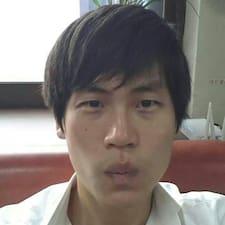 Seung-Jae es el anfitrión.