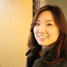 Eunbi ist der Gastgeber.