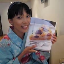 Akane es el anfitrión.