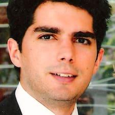 João est l'hôte.