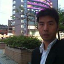 Wei Hsin es el anfitrión.