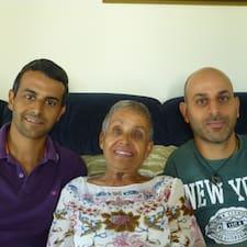 Reuma, Eyal & Ilan es el anfitrión.