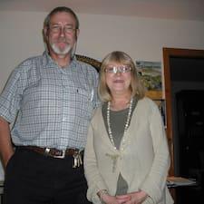 Vivienne And Tony คือเจ้าของที่พัก