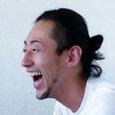 Tomokazu é o anfitrião.