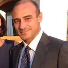 Riccardo es el anfitrión.