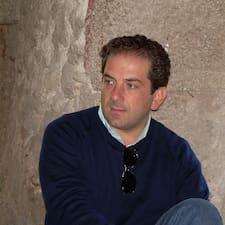 Raffaele — хозяин.