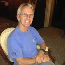 Jim est l'hôte.