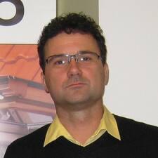 Kovách is the host.