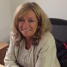 Sharon es el anfitrión.
