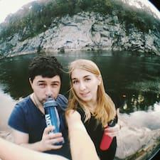 Georgy And Zhenya je domaćin.