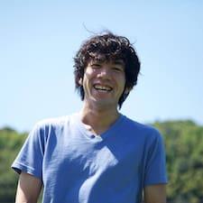 Hiroyuki je domaćin.