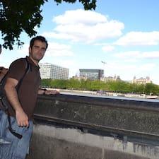João es el anfitrión.