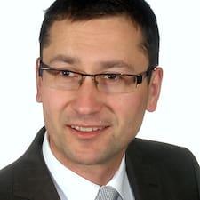 Tomasz Woźnowski is the host.