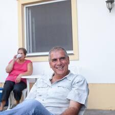Luis es el anfitrión.