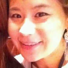 Jee-Eun es el anfitrión.