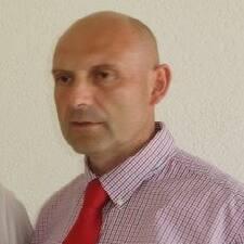Željko è l'host.